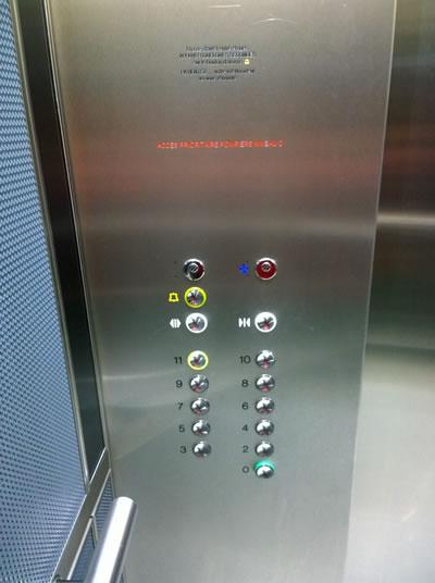 panneau ascenseur avec mauvais contraste